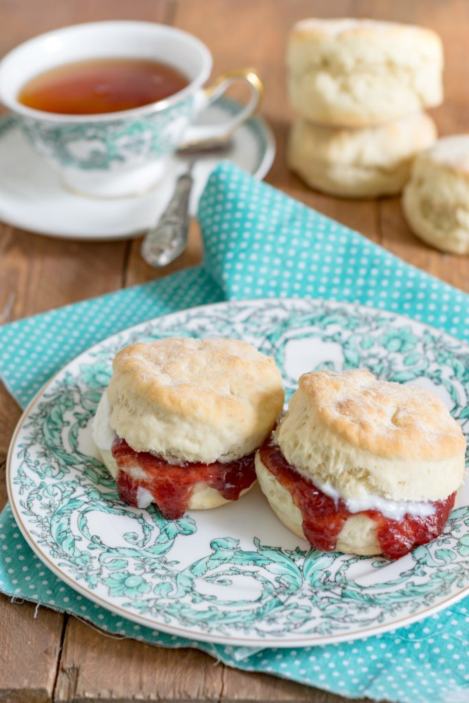 English Scones {con ricotta e marmellata di fragole}